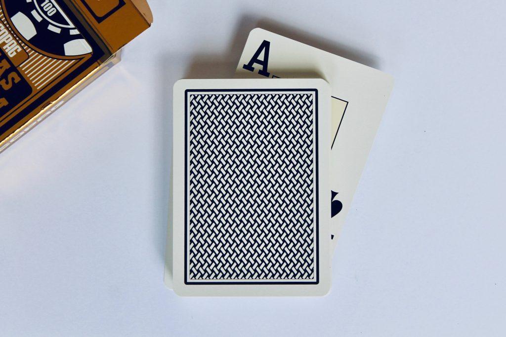 ポーカーのスキルですか、それとも運ですか?